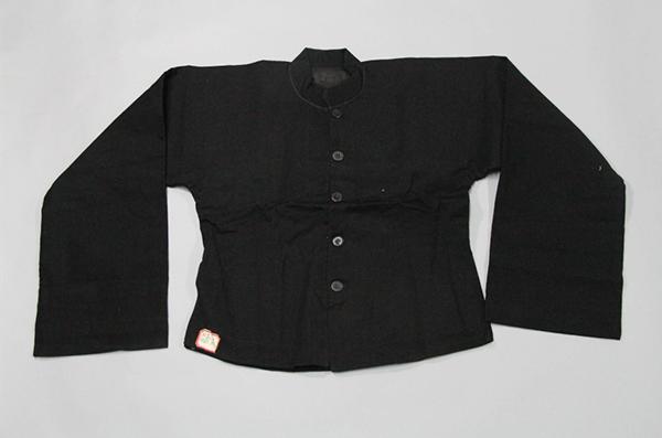 李耘生穿过的黑色上衣