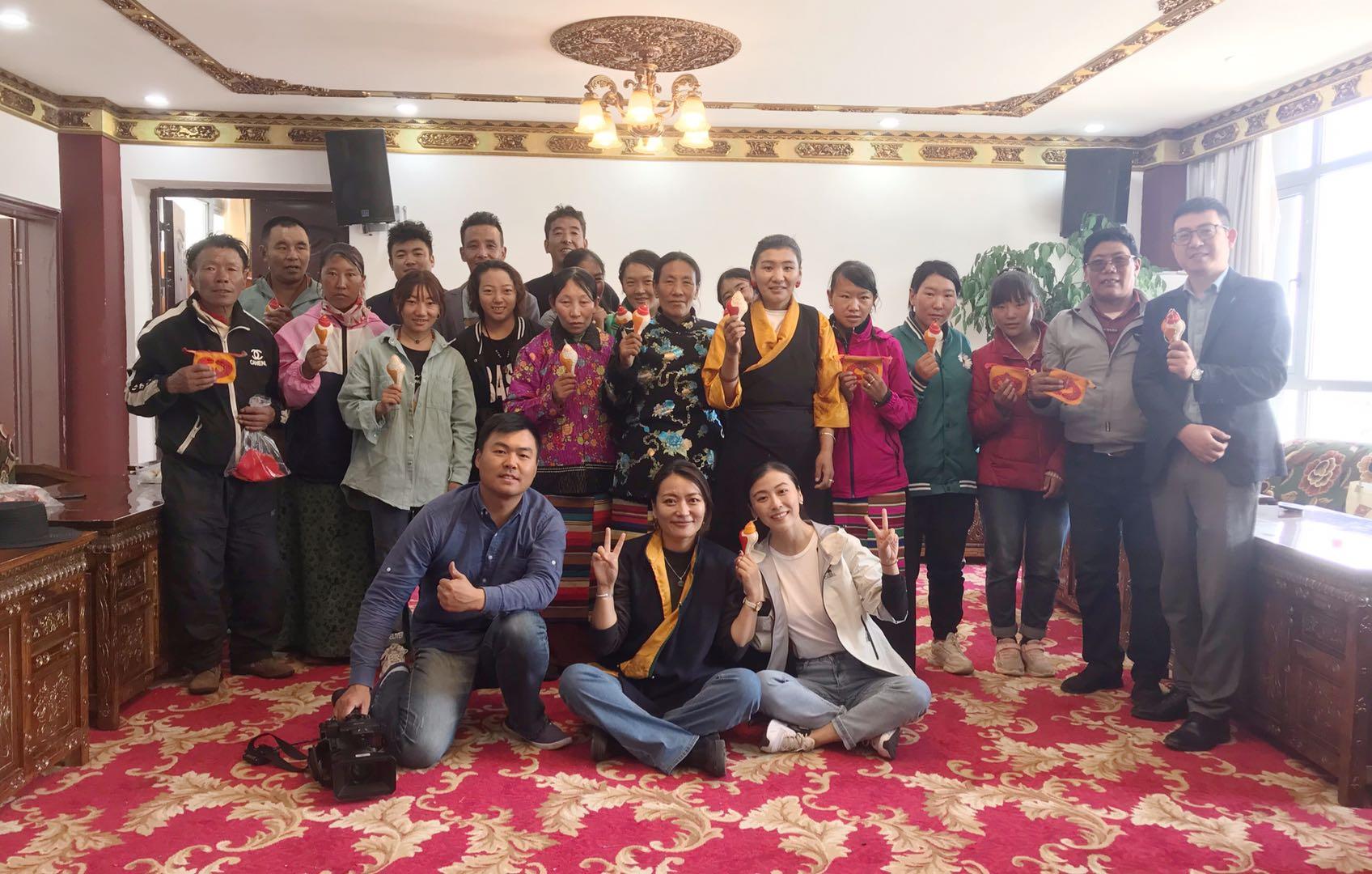 徐全军(二排右一)和西藏农牧民合影